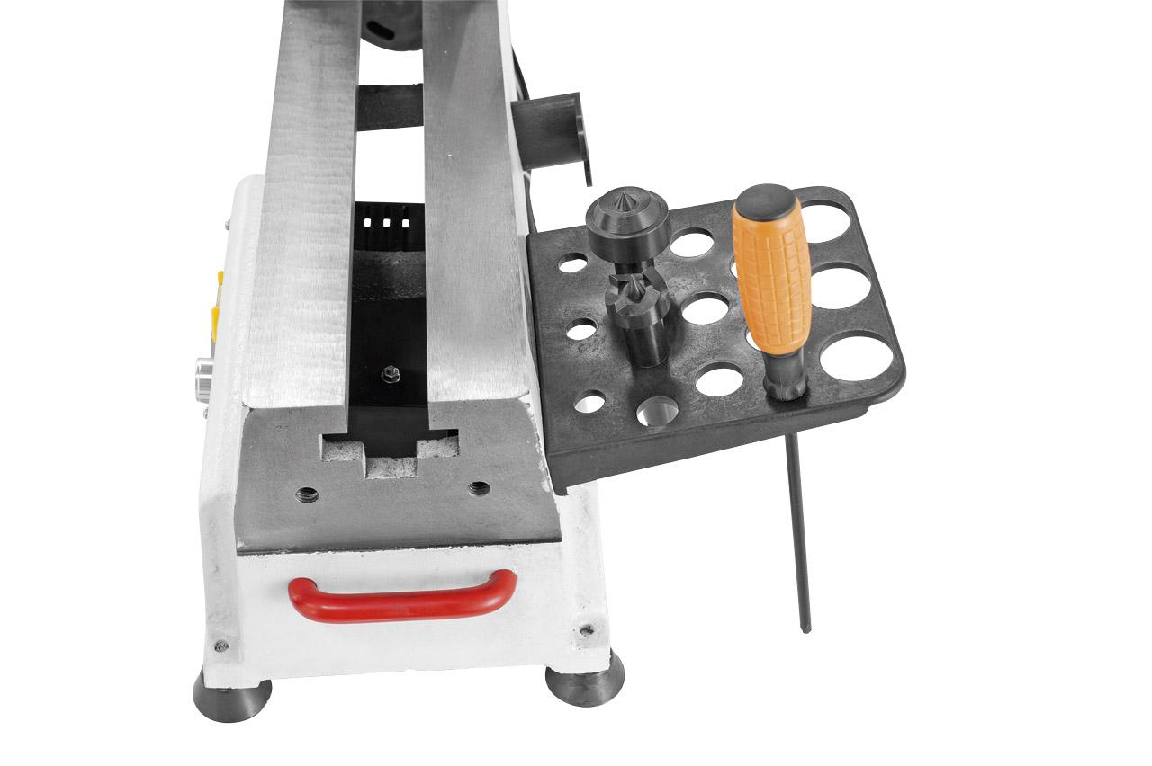 Die serienmäßige Werkzeughalterung an der Rückseite bietet einen optimalen Stauraum für das Bedienwerkzeug