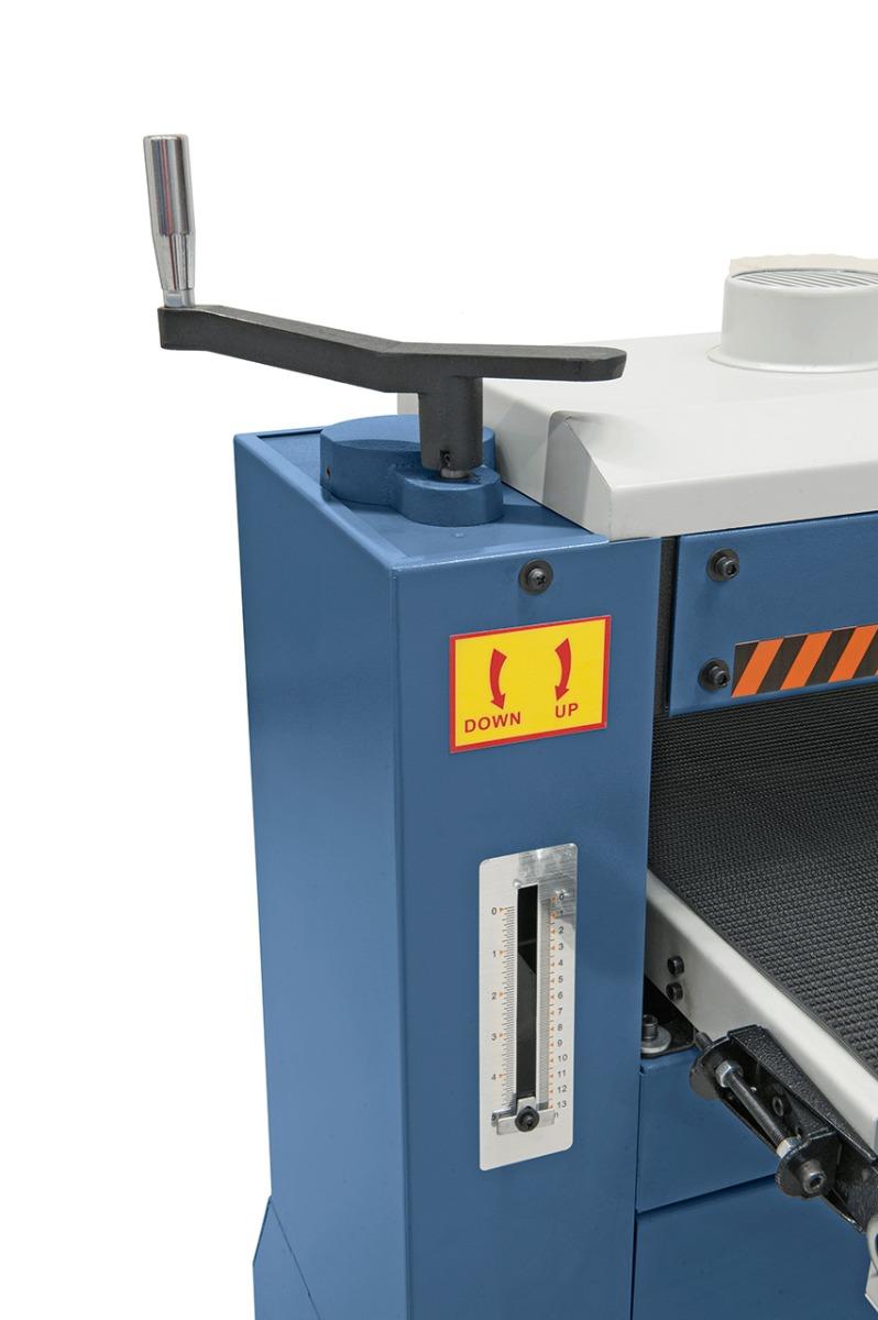 Arbeitstisch wird mittels Handrad und Skala an die Werkstückdicke angepasst.